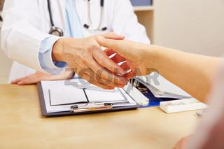 Hände schütteln beim Besuch beim Arzt