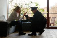 Psychologe der Polizei redet mit Opfer nach Einbruch