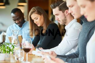 Junge Leute starren ständig auf ihr Smartphone