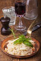 italienisches Risotto mit Gewürzen auf Holz