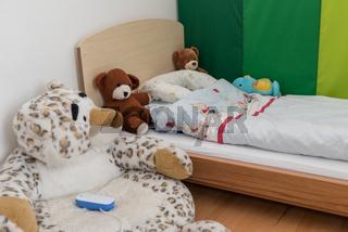 Kuschelecke im Kinderzimmer zum Wohlfuehlen mit Babyphon und Plueschtieren