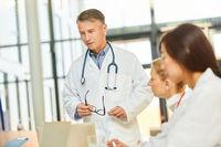 Arzt als Referent in einem Mediziner Workshop