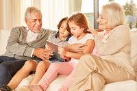 Enkelkinder zeigen den Großeltern das Social Network