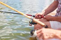 Angler angeln zusammen am See im Sommer