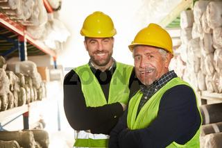 Zwei Lagerarbeiter als Logistik Team