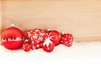 Frohe Weihnachten auf Christbaumkugel in rot
