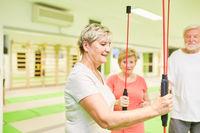 Senioren beim Fitness Training mit dem Schwingstab