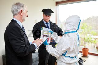 Polizei und Spurensicherung bei der Arbeit