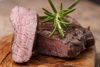 gegrilltes Steak auf Holz mit Rosmarin