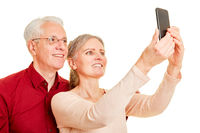 Senioren Paar macht Selfie mit Smartphone