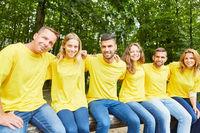 Gruppe junger Leute als Mannschaft und als Freunde