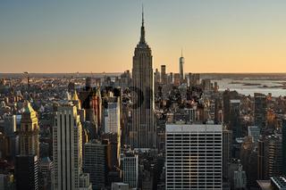 Skyline von New York City mit dem Empire State Building im Sonnenuntergang
