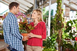Paar kauft gemeinsam in Gärtnerei ein