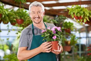 Mann arbeitet als Florist im Gartencenter