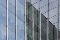 Fassade eines modernen Bürogebäudes in Frankfurt, Deutschland