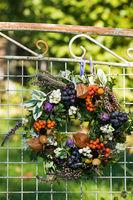 Herbstkranz an alter Gartenbank