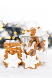 Weihnachten Plätzchen Weihnachtsplätzchen Gebäck Hochformat Sterne Zimtsterne Winter Schnee
