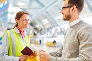 Mann als Reisender am Flughafen Check-In Schalter