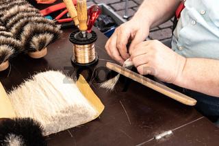 Bürstenbinder beim Herstellen eines Besens