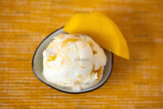 Frozen Yogurt Eis mit Mango von oben