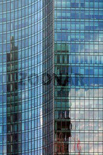 Modernes Hochhaus mit Spiegelfassade