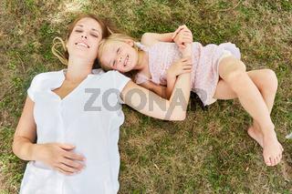 Mutter und Tochter halten sich an den Händen