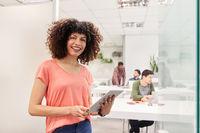 Start-Up Business Frau mit Tablet Computer