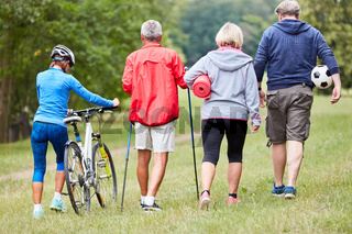 Senioren Gruppe macht Sport im Park