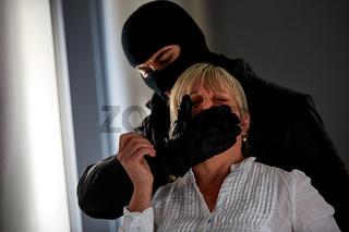 Räuber bedroht Frau bei Überfall