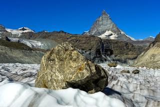 Grosse Felsblöcke werden vom Gornergletscher talwärts transportiert, Zermatt, Schweiz