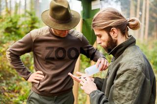 Förster und Azubi kontrollieren Borkenkäferfalle