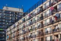 Sozialwohnungen mit Satellitenschüsseln in Berlin Schöneberg, Deutschland