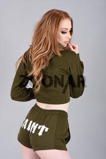 Ashley Foxx, vollbusige Rothaarige, in Mode Kleidung und Stiefel