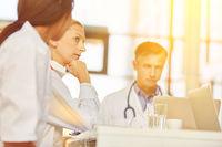 Ärzte Team bei Besprechung in Klinik