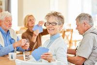 Senior Frau und Freunde spielen Karten