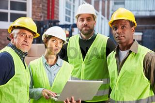 Multikulturelles Logistik Team mit Laptop PC