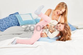 Mutter hat Spaß beim Auskitzeln ihrer Tochter