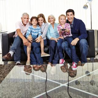 Familie schaut Kindern beim Videospielen zu