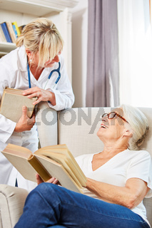 Ärztin und Senior Frau unterhalten sich über Bücher