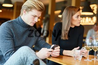 Junges Paar im Restaurant surft im Internet