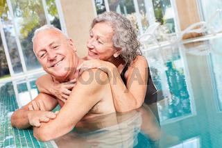 Verliebtes Senioren Paar im Swimmingpool