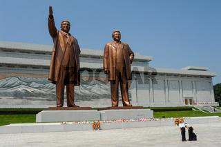 Pjoengjang, Nordkorea, Besucher am Grossmonument Mansudae mit den uebergrossen Bronzestatuen