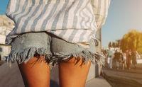 Photo beautiful sporty lady's legs in denim jeans shorts