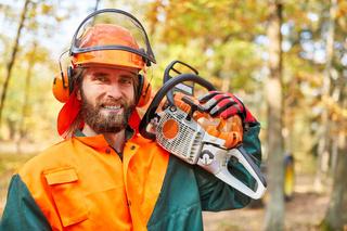 Holzfäller oder Waldarbeiter mit Motorsäge