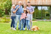 Erweiterte Familie feiert mit Sekt im Garten