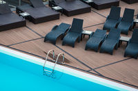 Swimmingpool und Liegestühle im Urlaub