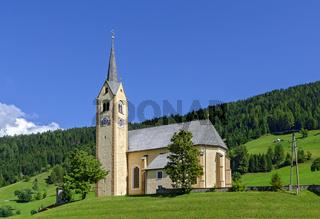 Dorfkirche von Kartitsch auf einem Hügel im Lesachtal in Osttirol