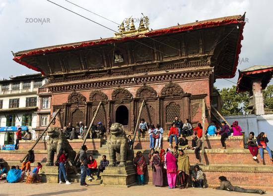 Der einsturzgefährdete Shiva Parvati Mandir Tempel mit Shiva and Parvati aus dem Fenster unter dem Dach schauend
