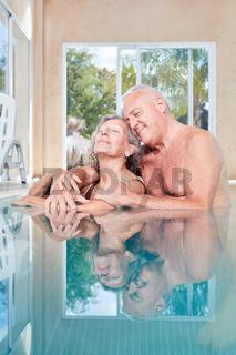 Verliebtes Senioren Paar genießt Harmonie