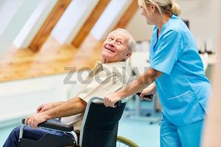 Krankenpflegerin kümmert sich um Senior